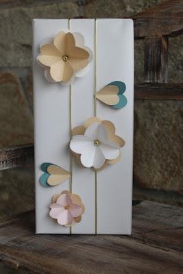 empaquetado con flores de cartulina