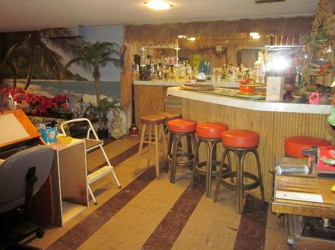 THE HULA GIRLS: Vintage Home Tiki Bar Discovered!