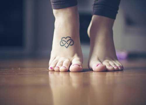 ayak kalp ve sonsuzluk işareti dövmesi