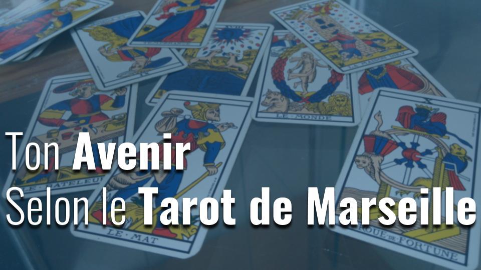 Quelques cartes du tarot de Marseille en arrière plan et le titre Ton Avenir Selon Le Tarot De Marseille écrit devant.