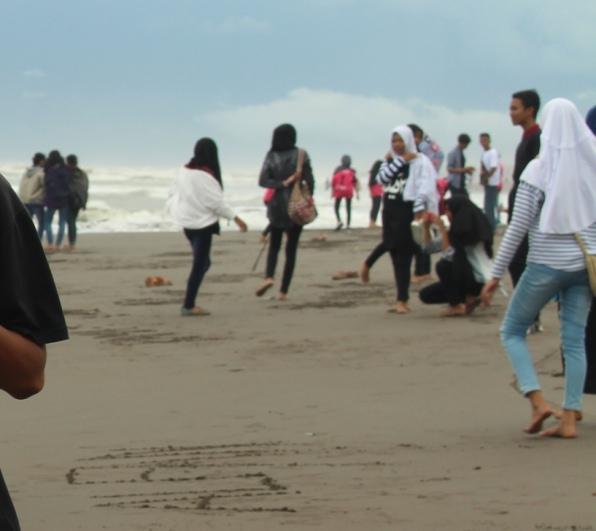 Cerita Liburan di Pantai yang Penuh Sesak