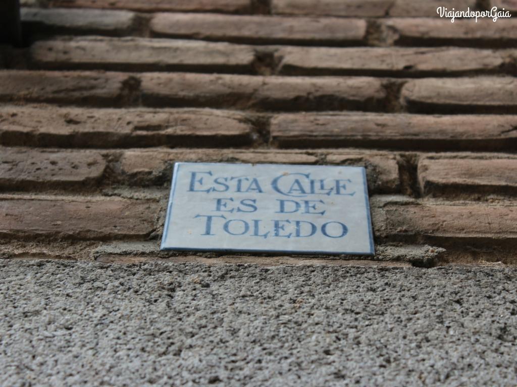 Toledo al ser una ciudad tan antigua, ha sufrido diversas transformaciones, unas planificadas y otras no. Las estrechas calles que atraviesan la ciudad comenzaron a desaparecer producto de ampliaciones irregulares de casas, conventos y monasterios. Este tipo de azulejos señalan algunas de esas calles que fueron recuperadas.