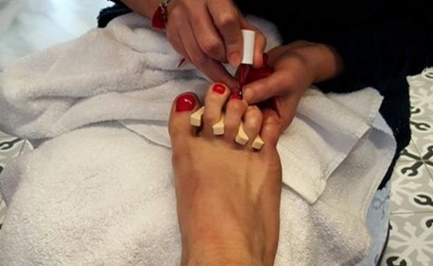 Δείτε ποιος πασίγνωστος Έλληνας έβαψε τα νύχια των ποδιών του κόκκινα