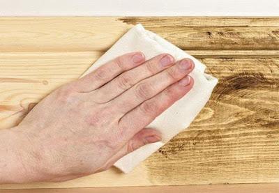 Dùng vải bông mềm để lau chùi