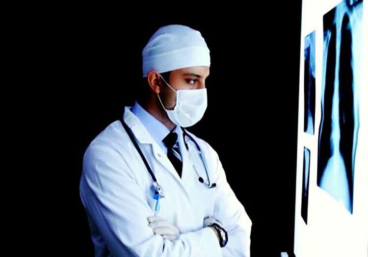 Bu doktor resmi gerçek bir doktora ait olmasa da öyle bir izlenim yaratılmış.