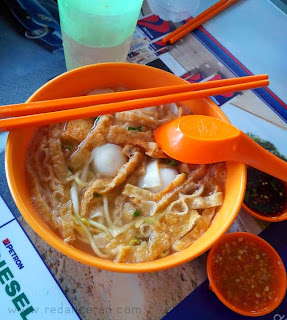 Food lover, foodgasm, Malaysian Cuisine, Malaysian Food, Best food in Malaysia, Travel to Malaysia, What to eat in Malaysia, Chicken Fried Mee, Mee, Mee hoon, Fishball soup, Food bloggers in Pakistan, tofu, Yee Mee, Laksa