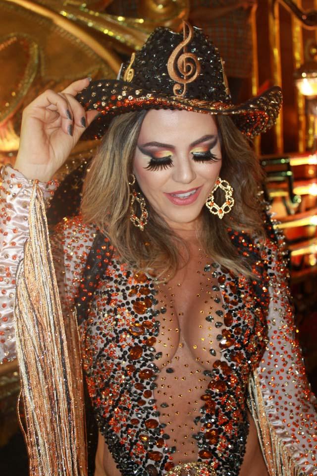 Ex-panicat Tânia Oliveira mostra fantasia de cowboy girl na concentração da Dragões da Real. Foto: Renato Cipriano/Divulgação