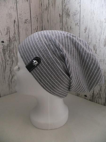 Beanie in grau-weiß mit snappap logo
