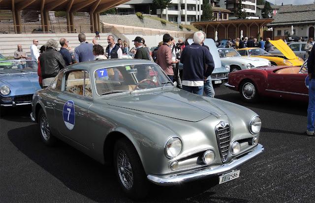 Viele Autos in der Sonne bei Kulm County Club, Silbener Alfa Romeo 1900 C Sprint Pininfarina