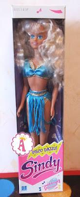 Блондинка Синди с голубыми глазами в диско платье
