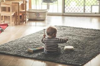 Anak bermain musik