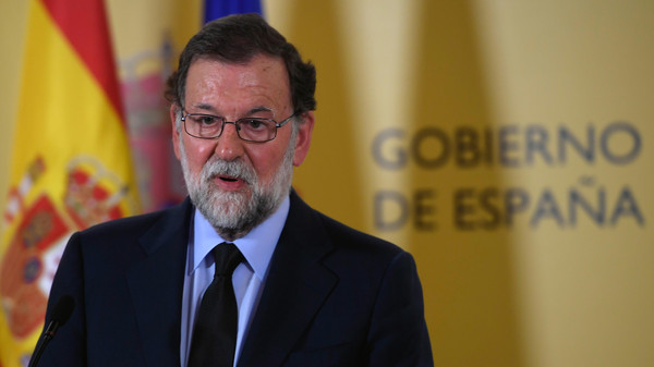 """رئيس الوزراء الإسباني يقيل حاكم """"كتالونيا"""" ويحل برلمانها"""
