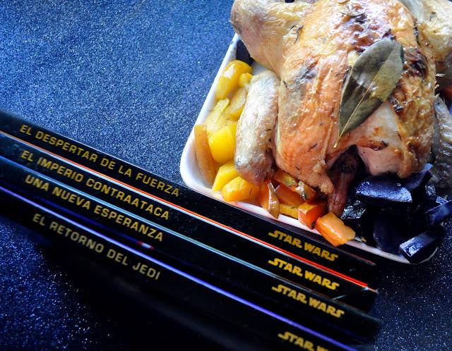 un pollo asado con hierbas y patatas moradas, remolacha naranja, y los libros infantiles de star wars en primer plano