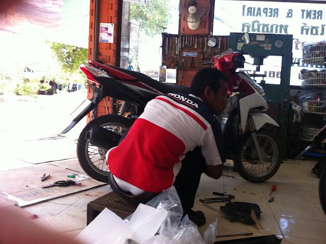 Arreglando la moto en un taller clandestino