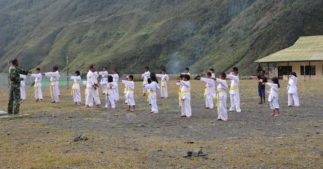 Satgas Kostrad Latih Karate Siswa SMP N 1 Puncak Jaya