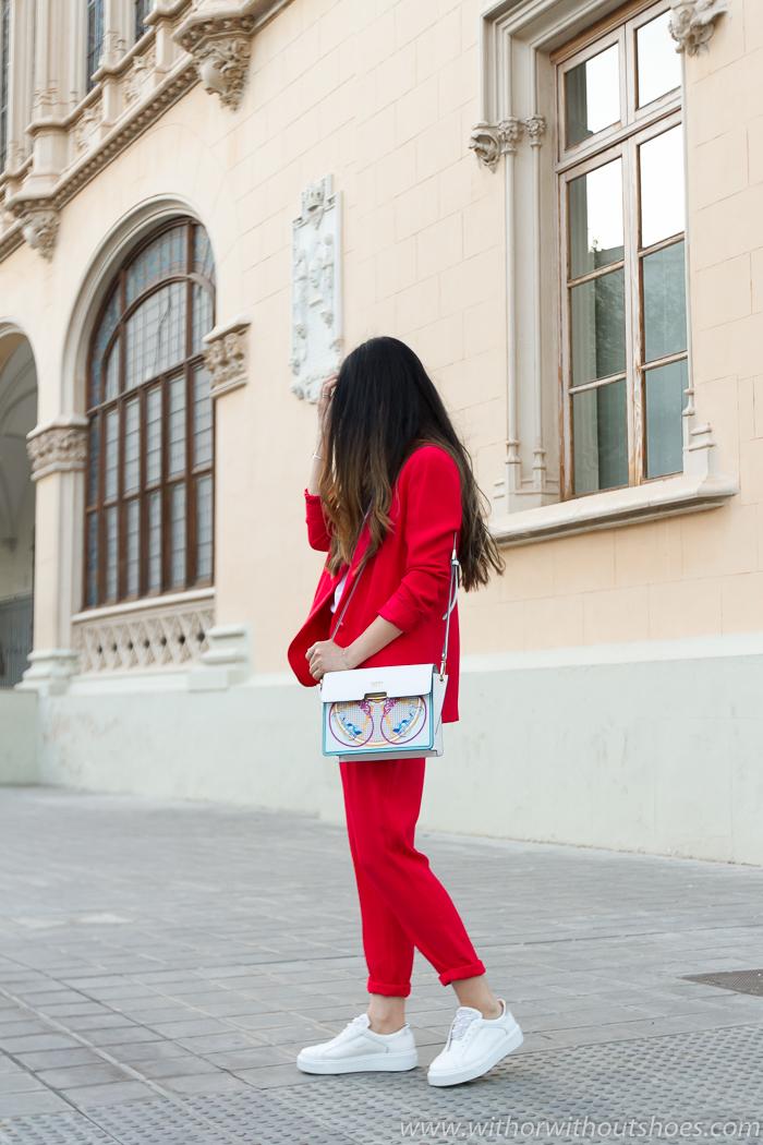 tendencias streetstyle calle vestir con traje y zapatillas deportivas