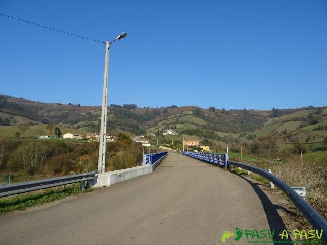 Puente sobre la autovía en Sariego
