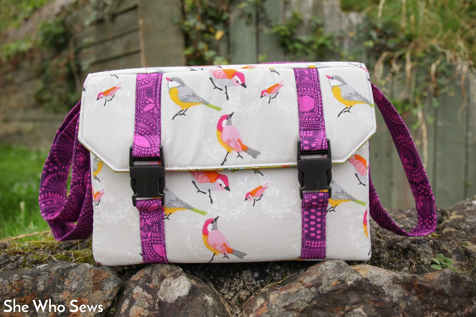 b37714ea7e3 So I bought myself the Ansel camera bag pattern by Sew Sweetness to make  myself a bespoke bag for my needs. I hurriedly read the instructions and  looked at ...