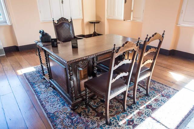 A antiga mesa do gabinete do prefeito