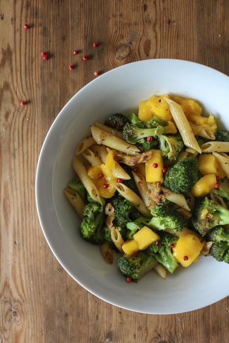 Nudelpfanne mit Brokkoli und Mango