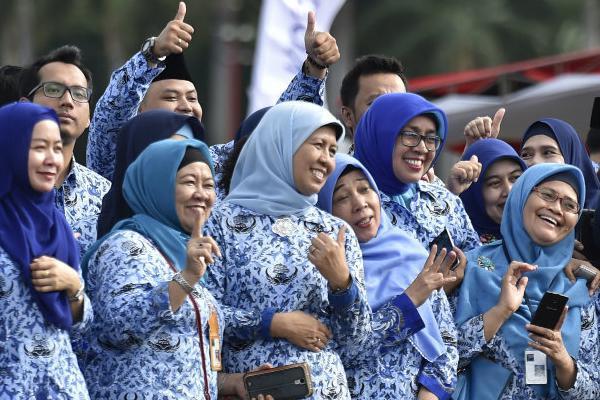 Jelang Pilpres Jokowi Naikkan Gaji PNS, Kubu Prabowo Waspada