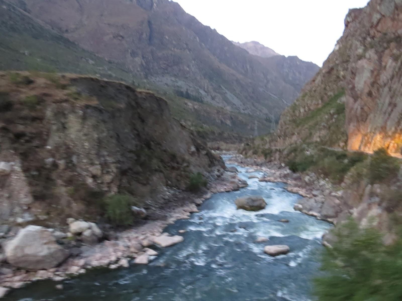 Vista para o rio no caminho para Águas Calientes / Peru.