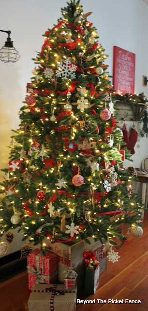 Christmas tree, farmhouse decor, rustic Christmas, old schoolhouse, https://goo.gl/xpejCP