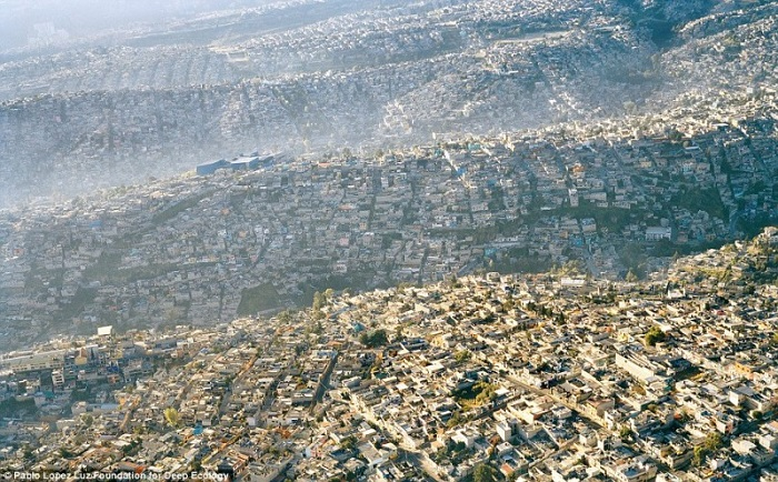 20 Pictures That Prove That Humanity Is In Danger - Mexico City, an overdeveloped metropolis with over 20 million inhabitants