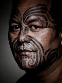 tatuaje tribal tradicional en la cara