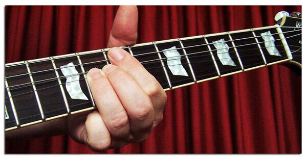 Apagar las Cuerdas con el Dedo Indice para Eliminar Ruidos al Realizar un Bending en Guitarra Eléctrica