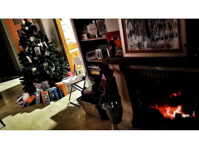 Regalos bajo el árbol de Navidad y la chimenea encendida la noche de Reyes en la Academia-Jedi.