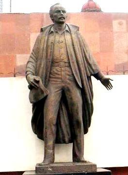 Foto a la escultura de José Marti en tamaño real