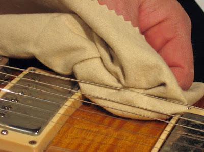 Hướng dẫn vệ sinh dây đàn guitar và cách bảo quản dây đàn guitar tốt nhất