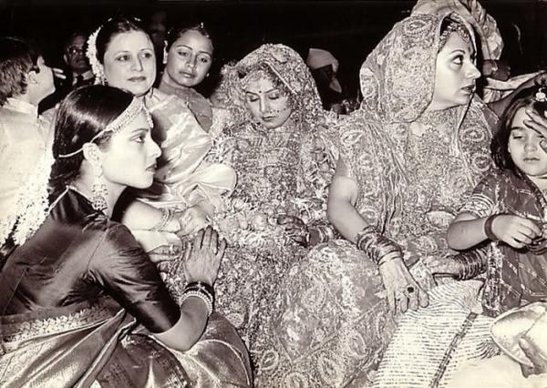 Neetu Singh's wedding pic [Also spotted Rekha, Babita ...