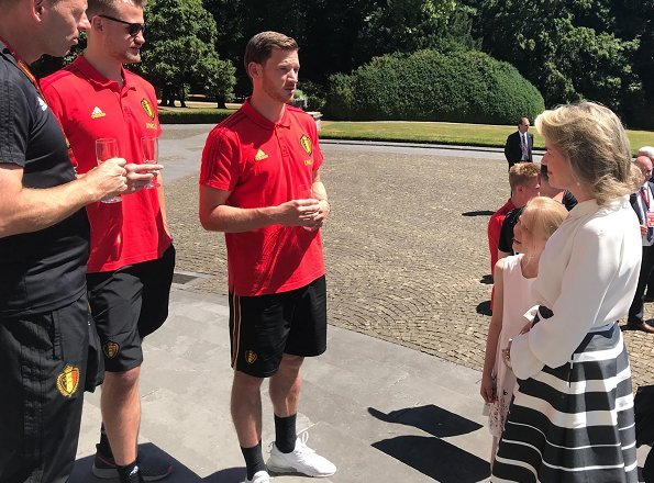 Princess Eléonore attended the celebration reception and congratulated the Belgium football team players. Queen Mathilde wore Natan skirt