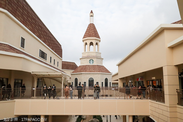 麗寶Outlet Mall二期像北義科莫湖街道,星巴克麗寶鐘樓門市好亮眼