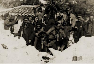 Grupo de mineros posando junto a un montón de nieve