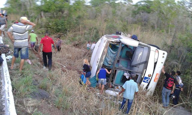 Ônibus que saiu de Parnaíba-PI capota no Maranhão, deixa 40 feridos e 2 mortos