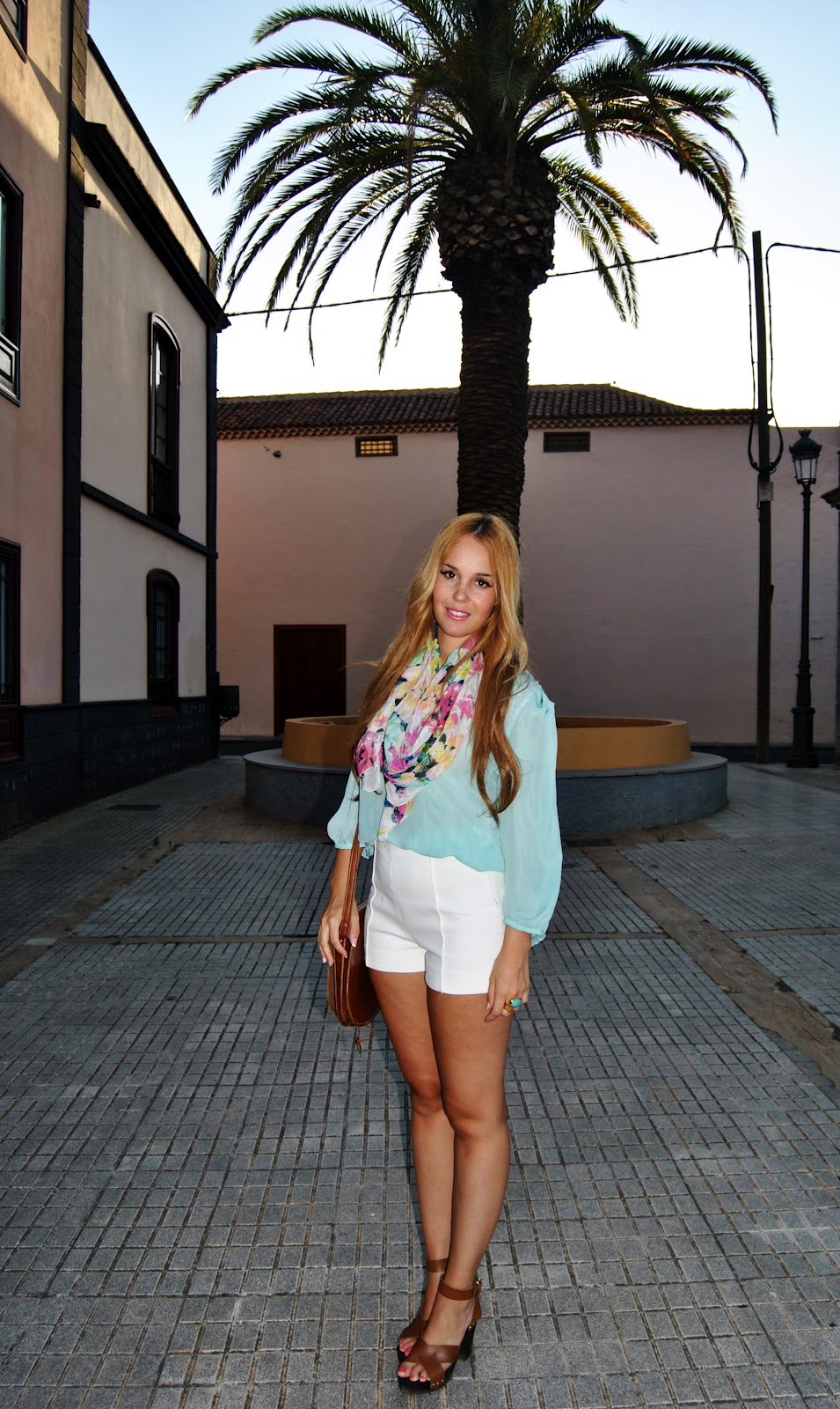 nery hdez, ysl , white shorts, scarf, look con pañuelo