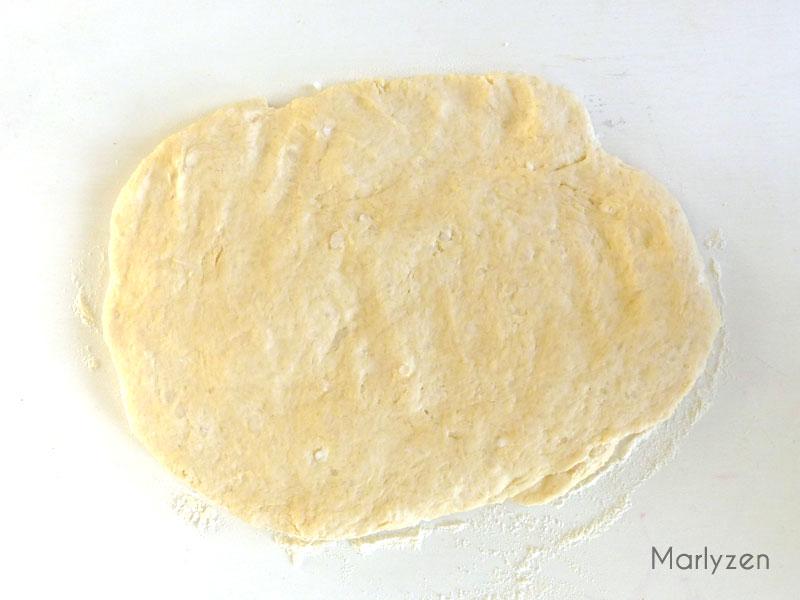 Étalez la pâte sur un plan fariné.