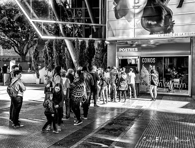 ByN.Fila de personas esperando para comprar helado en Recoleta.