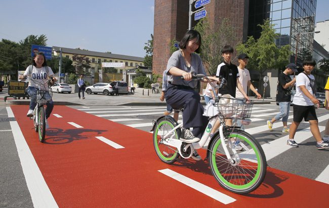 Ciclistas en un carril bici de Seúl en Corea
