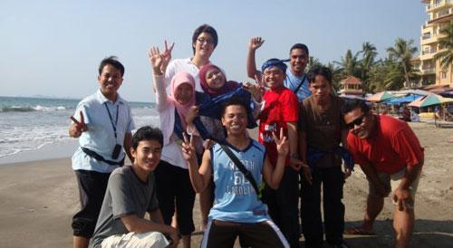 PANTAI : Kenangan saat Participant Youth (PY) IYC 2009 begitu tiba di Marbella Anyer Banten langsung ke Pantai.  Segar anginnya.  Photo courtesy Dian Mayasari