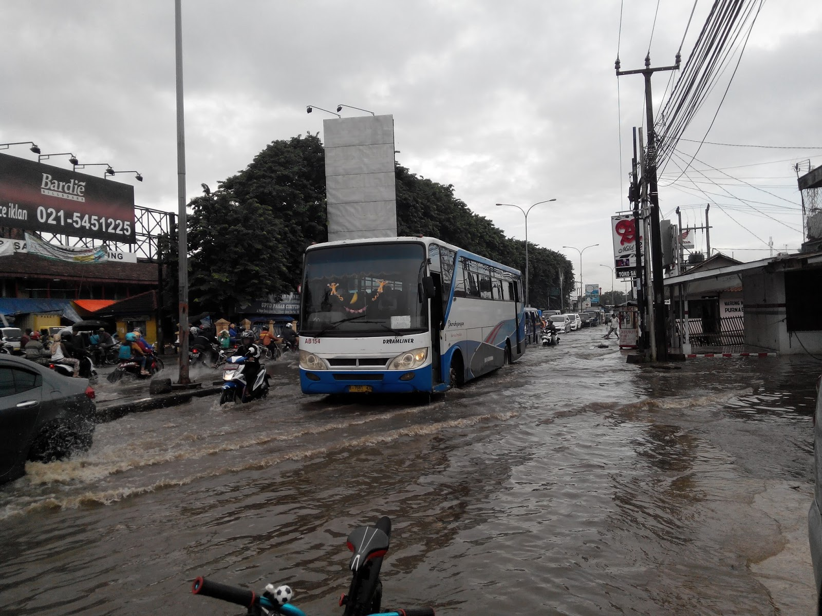Banjir Cibitung Lalu Lintas Lumpuh - RADAR DJOWO