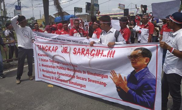 Aksi honorer Pemkab Simalungun yang meminta Bupati Simalungun JR Saragih ditangkap.