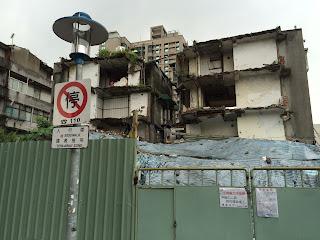 由松山路側拍攝到的半拆公寓照片