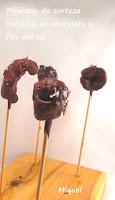 Piruletas de cortezas bañadas en chocolate y flor de sal