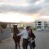 Μια πρόταση γάμου ... με κρητική καντάδα και άλογο!