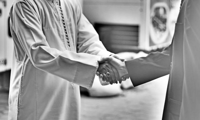 Bersalaman adalah Ciri Khas Perkenalan (Sumber : anahidayah95.blogspot.co.id)