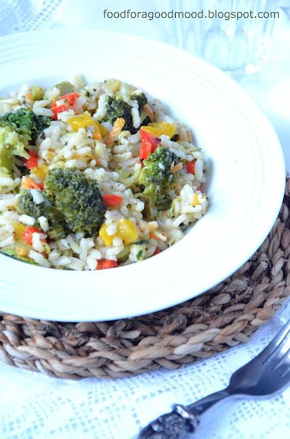 Za oknem szaro, ponuro i zimno, a na talerzu wiosna i feria barw! :) Ryż z mnóstwem kolorowych warzyw skutecznie poprawia humor i zachęca do jedzenia. To prawdziwa bomba witaminowa, która może być zarówno dodatkiem do mięs, albo osobnym wege posiłkiem. Co kto lubi :)